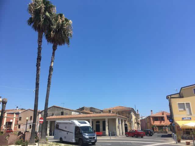 camper blauwe lucht boom