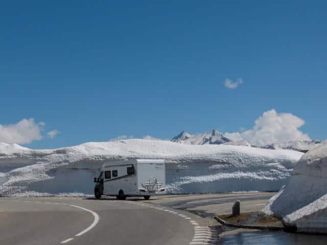 camper sneeuw blauwe lucht water
